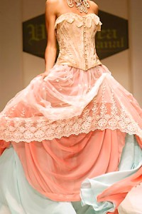 En desarrollo del Miami Fashion Week, que se presenta en el Miami Convention Center, una modelo luce una creacion de la dise–adora Veronica de la Canal  Mayo 08, 2006